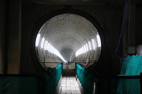 Ga Ba Son là điểm đầu kết nối ngầm với ga Nhà hát Thành phố bằng 2 đường hầm, với chiều dài mỗi hầm 781m cho một chiều metro đi và một chiều vào trung tâm TP.HCM. Hiện tại, hầm ngầm thứ nhất của tuyến metro số 1 Bến Thành – Suối Tiên này đã hoàn thành.