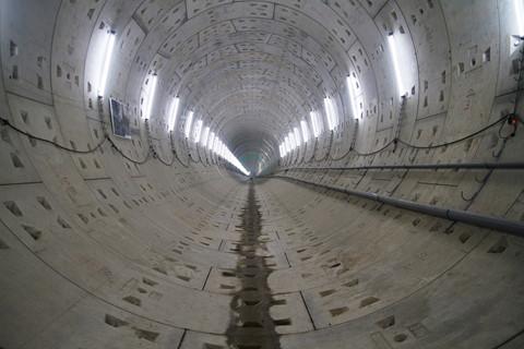 Hiện gói thầu 1b xây dựng đoạn ngầm từ ga Ba Son đến ga Nhà hát Thành phố đạt khối lượng thực hiện là 65%. Sau khi khoan xong hai đường hầm, nhà thầu sẽ lắp đặt đường ray, hệ thống chiếu sáng