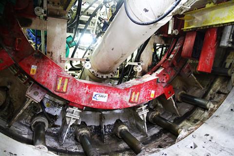 Sau 3 tháng chuẩn bị, đơn vị thi công đã đưa robot TBM từ ga Nhà hát Thành phố về lại ga Ba Son. Đến ngày 26.1, các công nhân chính thức khởi động robot TBM này để đào đường hầm thứ 2 (đường hầm phía Tây) về ga Nhà hát Thành phố