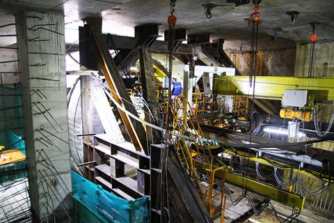 Tương tự, đường hầm thứ hai cũng nằm sâu 10m dưới lòng đất, nên sẽ có ảnh hưởng lớn hơn đến các công trình xung quanh so với đường hầm thứ nhất. Vì vậy việc đào đường hầm thứ 2 sẽ phải rất thận trọng, vừa đào vừa có quan trắc và điều chỉnh cho hợp lý