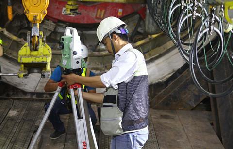 Trước khi đưa vào vận hành robot, công nhân tiến hành đo đạc tại khu vực