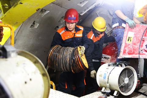 Công nhân thực hiện các bước để tiến hành đào hầm
