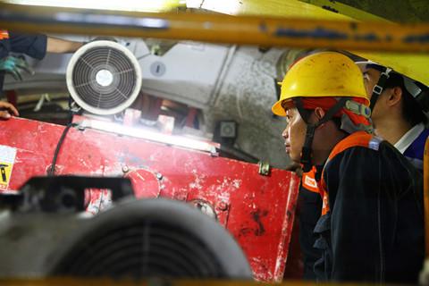 Không khí làm việc khẩn trương, nghiêm túc của các công nhân ở ga Ba Son. Dự kiến đến cuối tháng 6.2018 đường hầm thứ hai sẽ hoàn thành. Việc đào đường hầm thứ hai sẽ thuận lợi hơn vì các kỹ sư và công nhân đã quen việc khi đào đường hầm thứ nhất