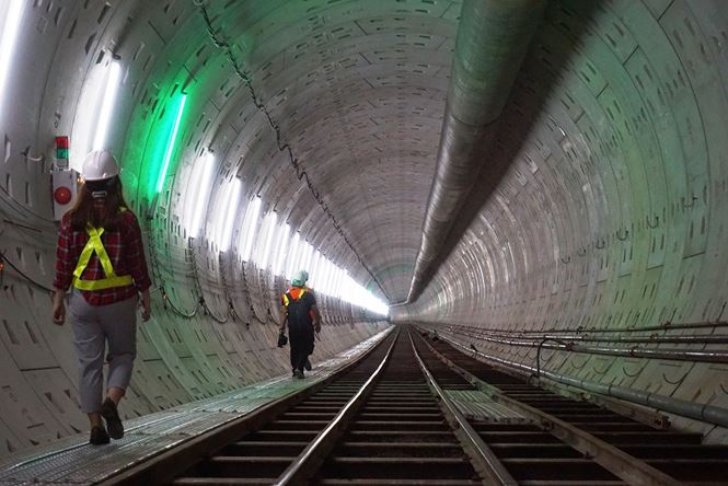 Tuyến metro số 1 đi qua các quận 1, 2, 9, Bình Thạnh, Thủ Đức (TPHCM) và huyện Dĩ An (tỉnh Bình Dương). Trong đó có 2,6km đi ngầm gồm 3 nhà ga và hơn 17,1km trên cao với 11 nhà ga.