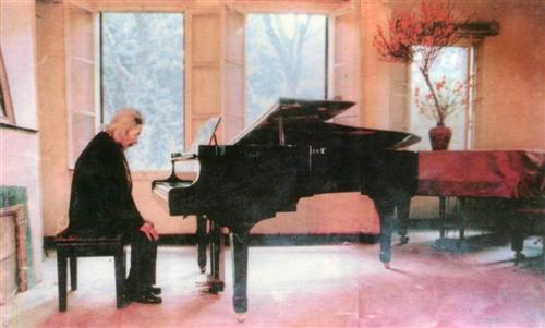 """- Một khúc luân vũ nữa cũng ý nghĩa không kém là """"Mùa xuân đầu tiên"""" của cố nhạc sĩ Văn Cao, cha đẻ """"Tiến quân ca"""" hùng tráng."""
