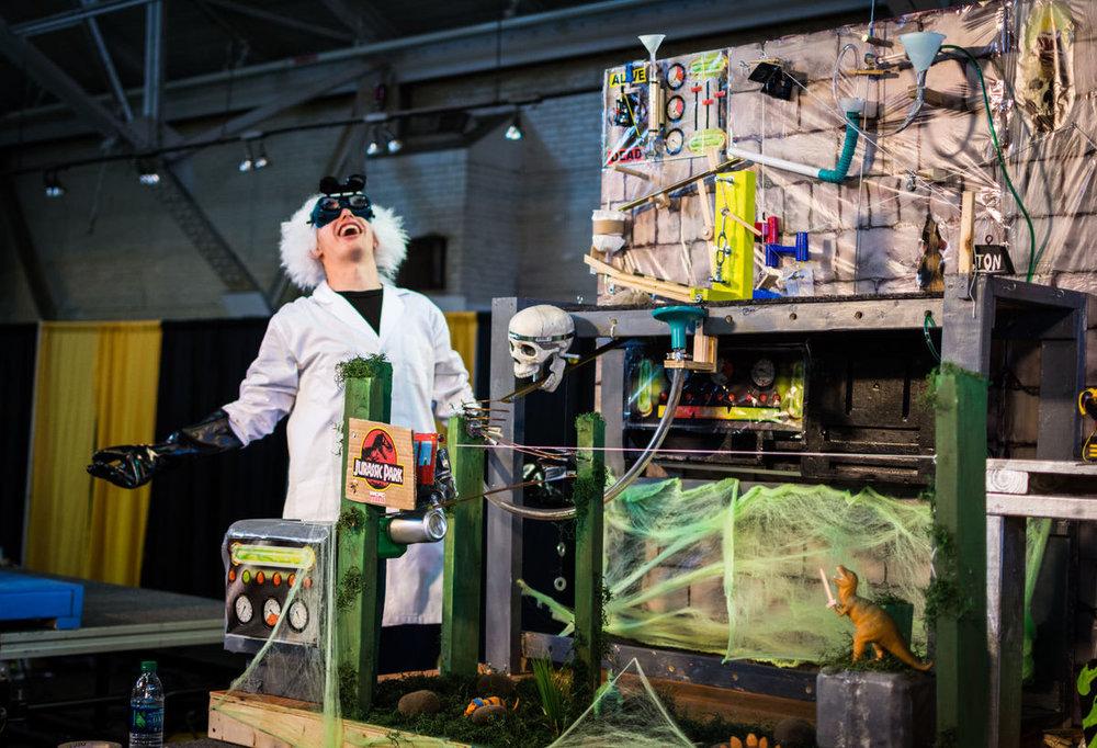 - Thậm chí còn tổ chức cả các cuộc thi hàng năm nữa. Và người ta gọi những chiếc máy 'phức tạp hóa vấn đề' như vậy là máy Rube Goldberg.
