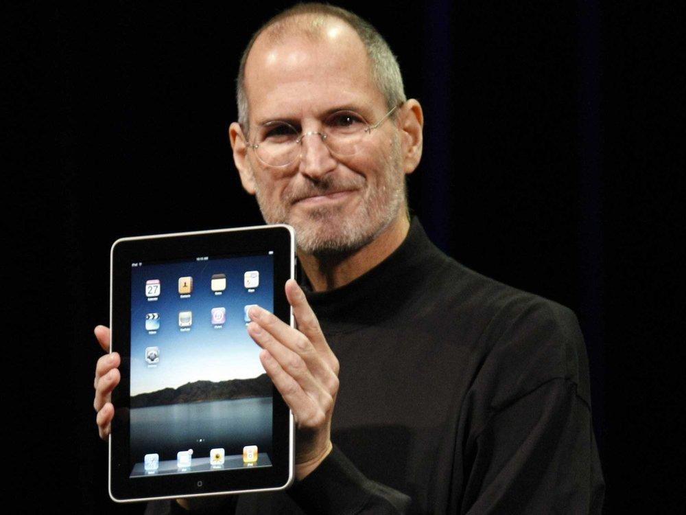 - Người ta khẳng định chẳng ai cần đến cái iPad, vì nếu làm việc tại chỗ đã có máy tính, còn di chuyển thì dùng điện thoại thông minh.