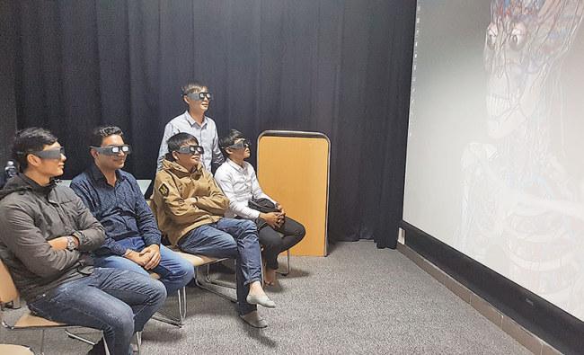 Nhóm sinh viên Đại học Duy Tân (Đà Nẵng) thích thú với trải nghiệm thực tế áo 3D cho môn học giải phẫu, một ứng dụng do chính các nhà nghiên cứu của trường phát triển. Ảnh: Lê Nam