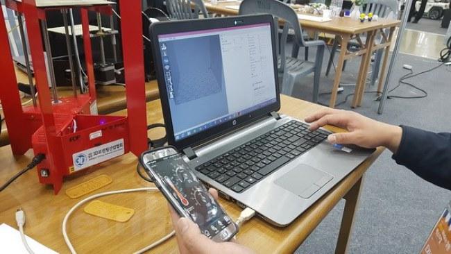 Máy in 3D được điều khiển bằng ứng dụng trên smartphone và máy tính thông qua kết nối bluetooth.(Ảnh:Đào Lâm/Vietnam+)