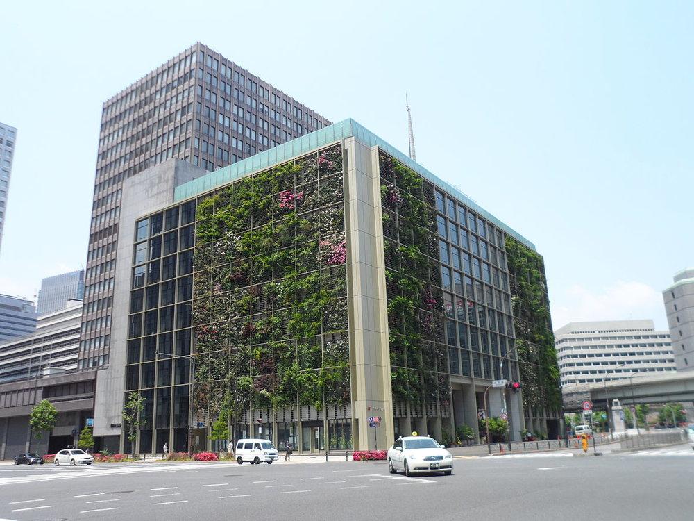 - Đặc biệt hơn, ngay tại thủ đô Tokyo (Nhật Bản), người đi bộ sẽ không khỏi ngạc nhiên trước khung cảnh một tòa nhà cao 9 tầng mang tên Pasona được phủ đầy cây xanh và hoa rực rỡ.