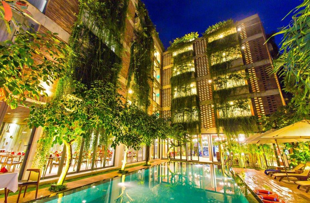 - Những tường cây được bố trí khéo léo, tràn ngập trên ban công, tạo ra một bầu không khí trong lành, thân thiện.