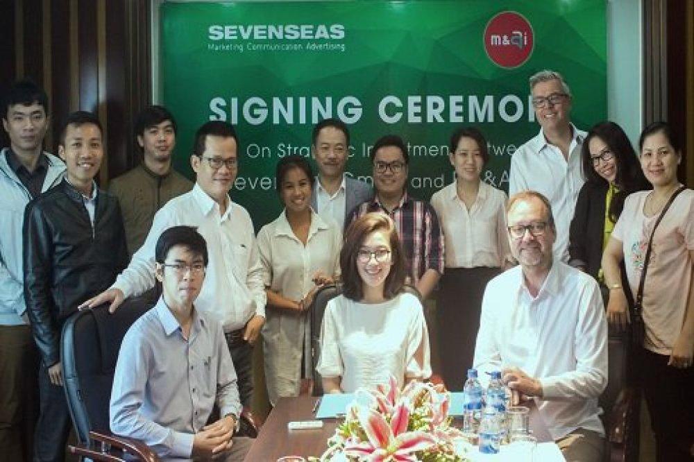 hủ tịch Hội đồng Quản trị CTCP EM & AI , ChịBùi Hoàng Khoa Nguyên (giữa) và CEO Sevenseas, Ông Heiko Drewanowski (bên phải) ký kết biên bản hợp tác đầu tư chiến lược, phát triển sản phẩm Chatbot ẩm thực đầu tiên tại Đà Nẵng.