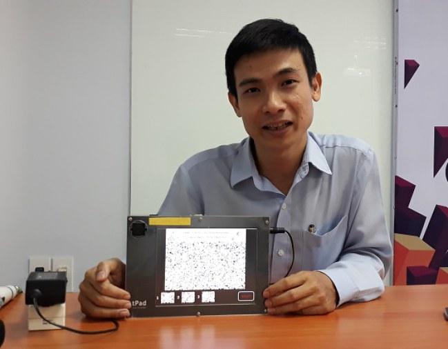 TS Lê Đức Hùng giới thiệu loại chip công suất thấp do nhóm nghiên cứu thiết kế tại hội thảo