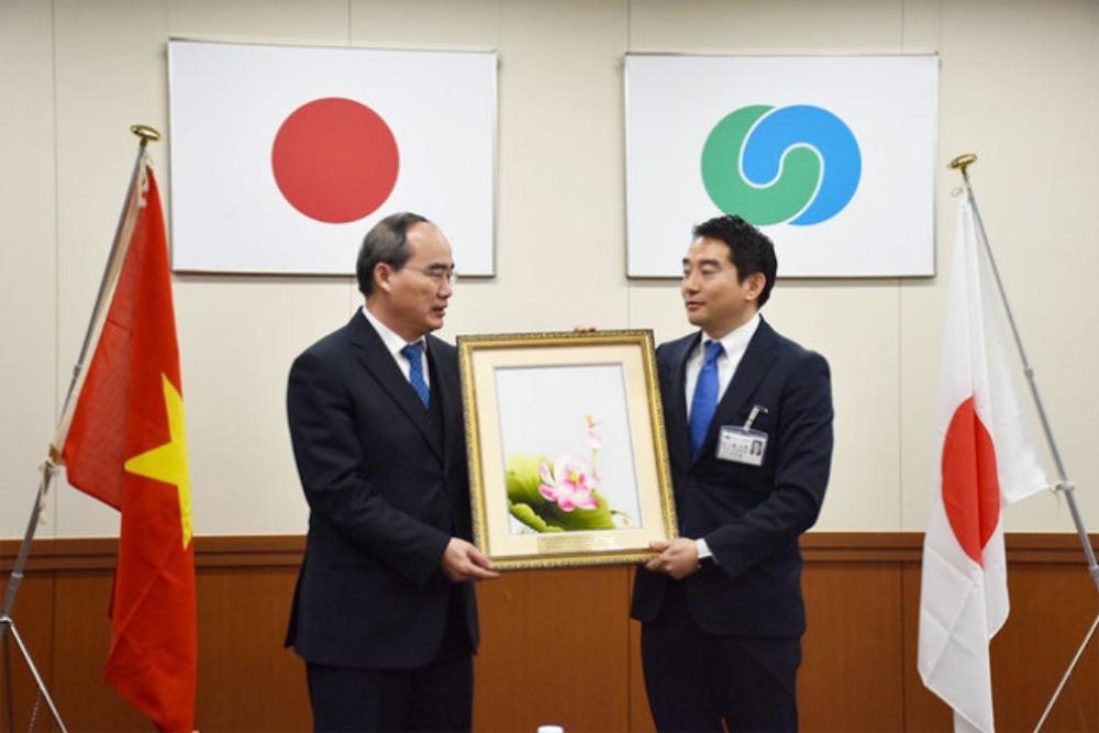 Bí thư Nguyễn Thiện Nhân trao quà kỷ niệm cho Thị trưởng thành phố Tsukuba - Ảnh: T.Đ.TUÂN