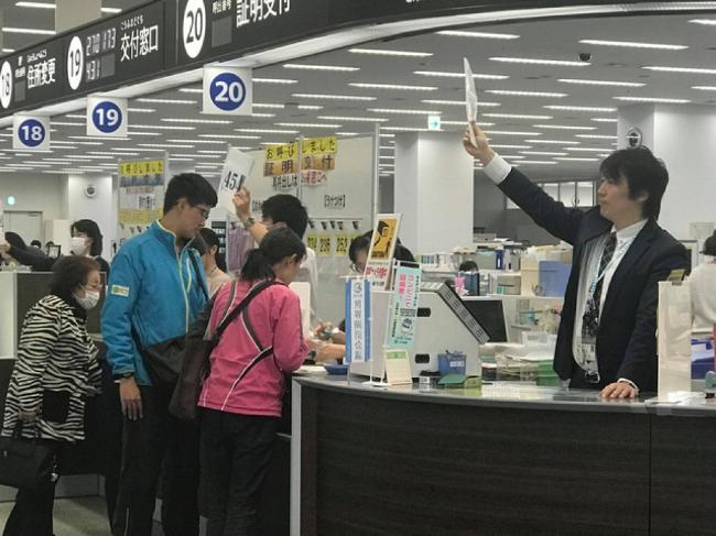 Cư dân thành phố Tsukuba đến làm thủ tục hành chính tại Trung tâm hành chính Tsukuba. Ảnh: X.T