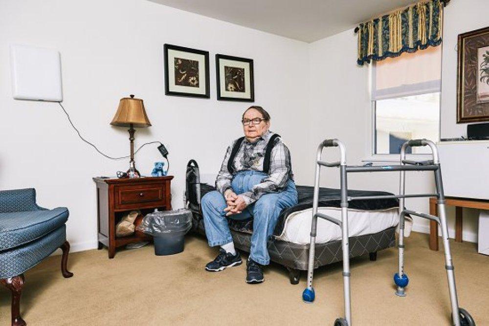 David Graham trong căn phòng tại Robbie's Place, thiết bị theo dõi có thể nhìn thấy trong ảnh (Nguồn: MTR)