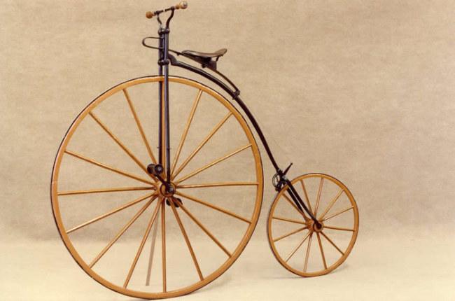 Chiếc xe đạp có sự chênh lệch khá lớn giữa 2 bánh