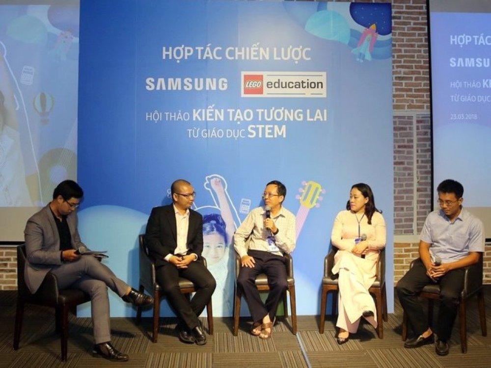 Phạm Ngọc Tiến (cầm micro)- Phó trưởng Phòng Giáo dục Trung học, Sở Giáo dục và Đào tạo TP.HCM đang phát biểu ý kiến tại hội thảo.