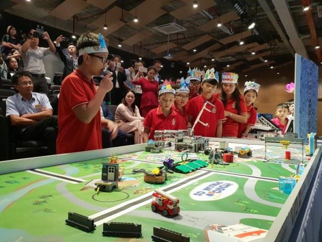 Nhóm học sinh trường tiểu học Tây Úc đang trình diễn quy trình rô bốt lọc nước thải. Nhóm này cùng 3 nhóm khác sẽ tham dự cuộc thi First LEGO League tại Mỹ.