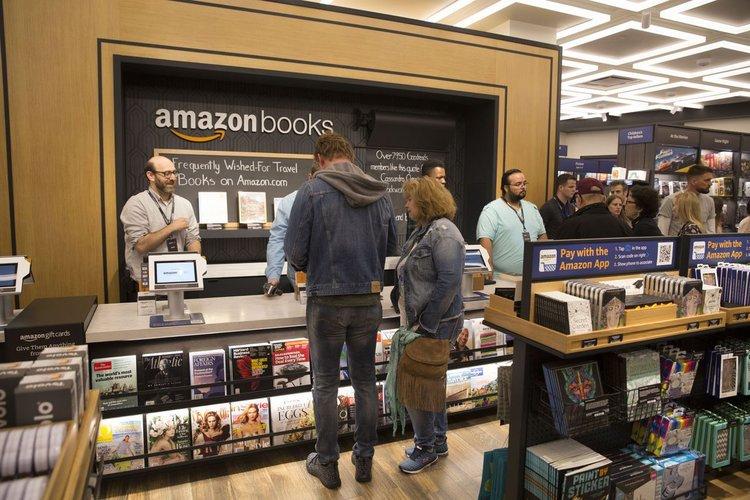 - Còn Amazon trở thành hiệu bán sách hàng đầu, bán được hơn 3 tỉ đô sách chỉ trong nửa năm 2017.