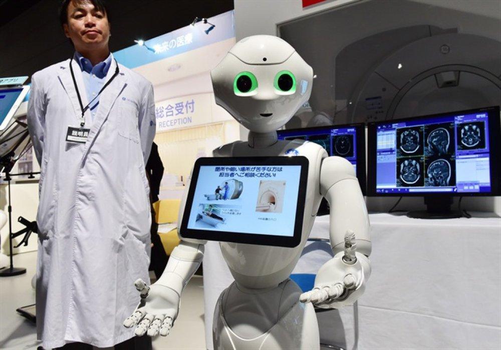 Robot Pepper hướng dẫn người cao tuổi tại một cửa hàng Tokyo, Nhật Bản