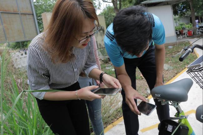 Nhiều bạn sinh viên thuộc ĐHQG TP.HCM đến trải nghiệm tại trạm ĐH Công nghệ thông tin - Ảnh: TẤT ĐẠT