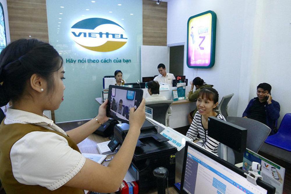 Khách hàng chụp ảnh lưu thông tin cá nhân tại cửa hàng Viettel chiều 6.4  . Ảnh: Đ.N.Thạch