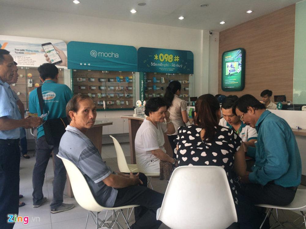 Nhiều người nhốn nháo đến đăng ký bổ sung thông tin cho nhà mạng tại một cửa hàng. (Ảnh: Phúc Minh)