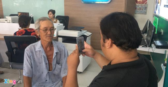 Vì đã sử dụng SIM chính chủ trước đó nên nhiều người tỏ ra khó chịu việc nhà mạng chụp ảnh chân dung mình. (Ảnh: Phúc Minh)