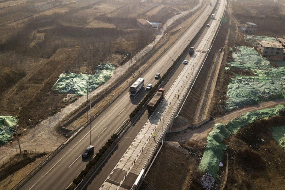 Quang điện trải dài 1.080 mét đường. Ảnh: Bloomberg