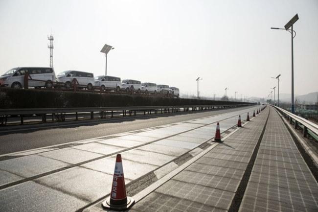 Hai làn đường trải tấm pin mặt trời. Ảnh: Bloomberg