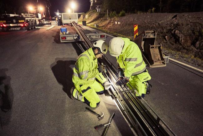 Lắp đường ray điện trên đoạn đường từ sân bay Stockholm Arlanda đến khu hậu cần - Ảnh: eRoadArlanda