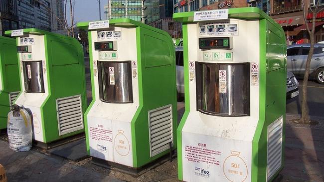 Thùng rác kết nối với ổng khí nén vận chuyển bên dưới thành phố - Ảnh: edb.gov.sg