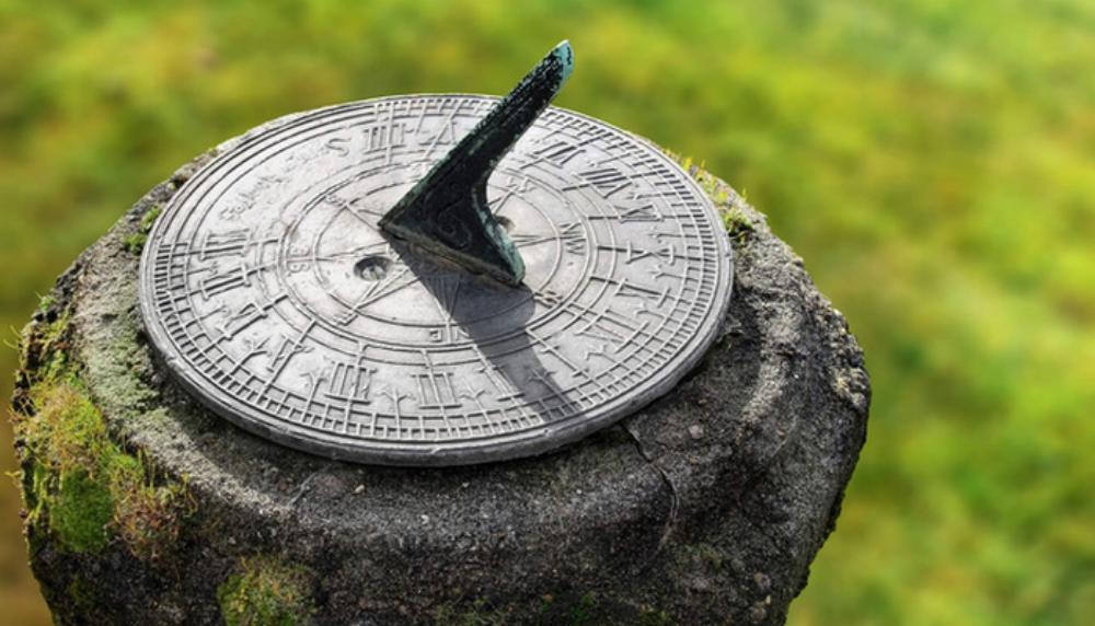 Đồng hồ mặt trời là một trong những dụng cụ chỉ giờ thời quá khứ - Ảnh: Getty Images