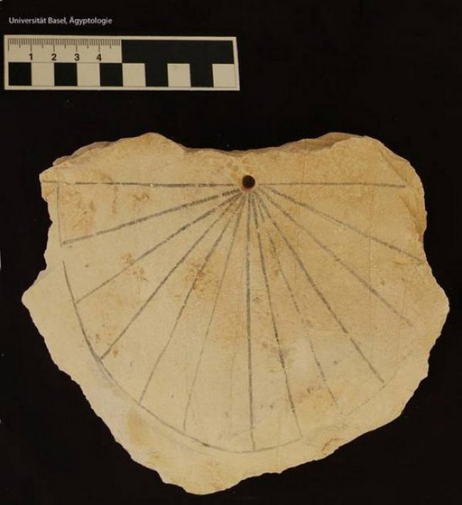 Mặt đồng hồ mặt trời cổ nhất (khoảng năm 1.500 TCN) của người Ai Cập tại Thung lũng các vị vua - Ảnh tư liệu