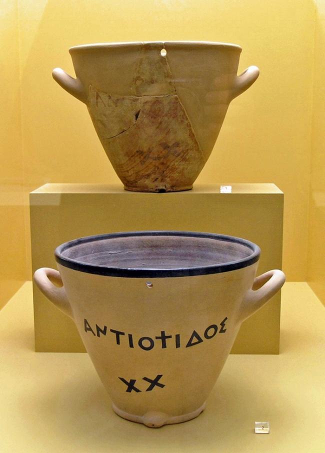 Một đồng hồ nước bằng đất gốm khoảng cuối thế kỷ thứ 5 TCN trưng bày tại Athen - Ảnh: Marsyas