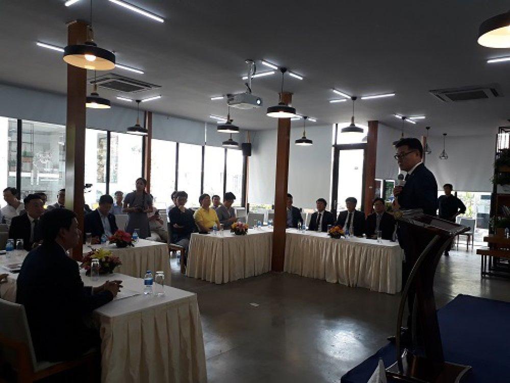 Ông Kim Tae Kon, Chủ tịch Hiệp hội các doanh nghiệp Hàn Quốc ở nước ngoài (phải) giới thiệu đoàn doanh nghiệp Hàn Quốc tại SIHUB. Ảnh: Hà Thế An.