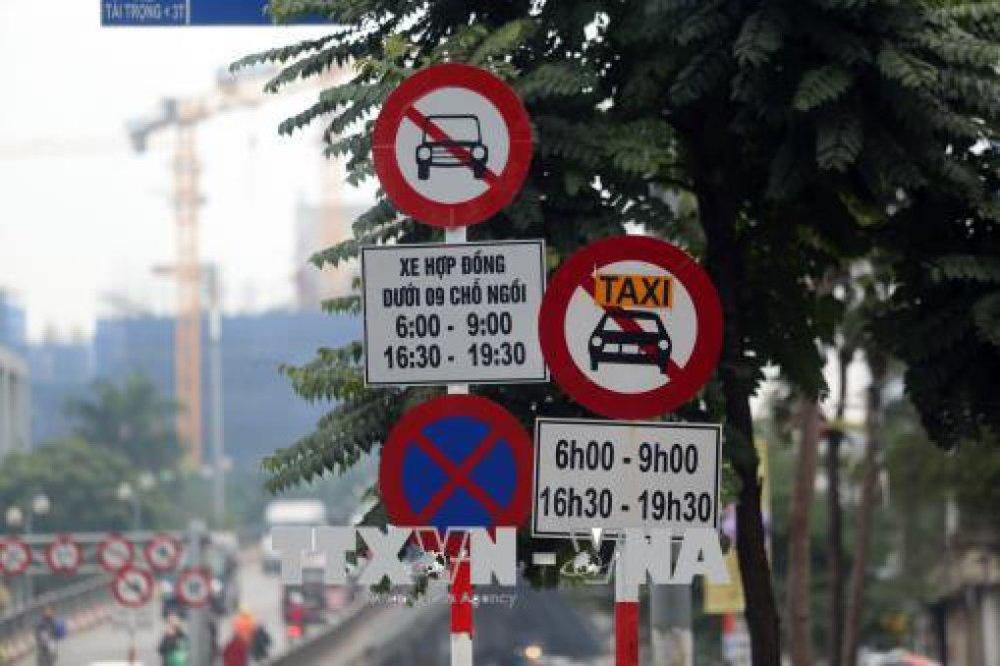 Biển cấm xe hợp đồng dưới 9 chỗ (Grab/Uber) được cắm trên một số tuyến phố Hà Nội. Ảnh: Huy Hùng/TTXVN