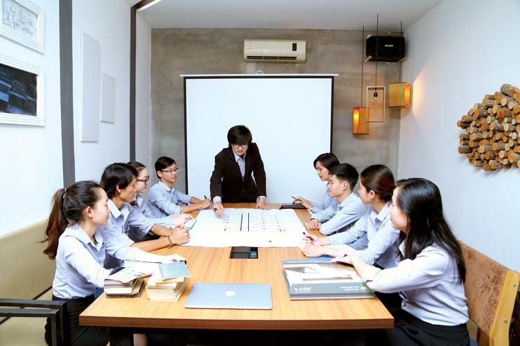 KTS Nguyễn Viết Khim điều hành cuộc họp tại công ty