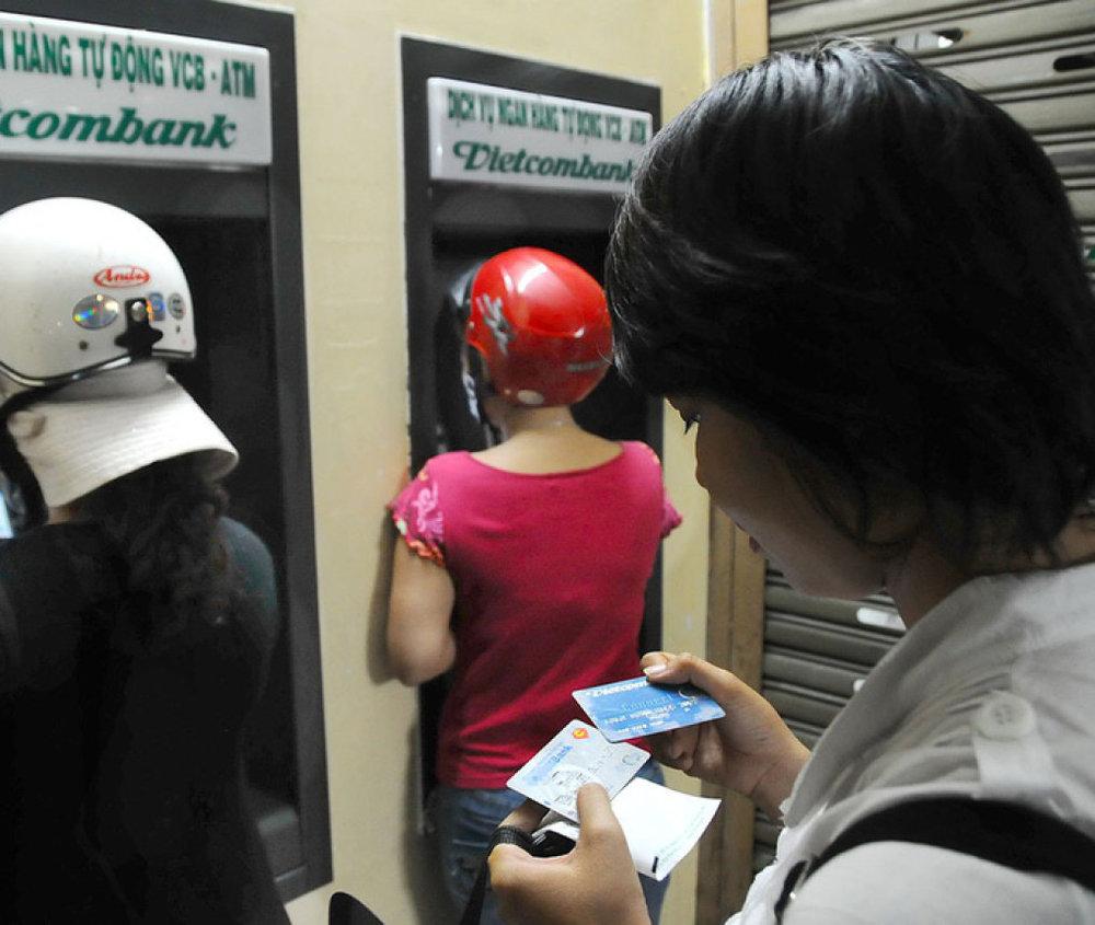 Các ngân hàng sẽ chuyển thẻ ATM từ thẻ từ sang thẻ chip - Ảnh: T.T.D.