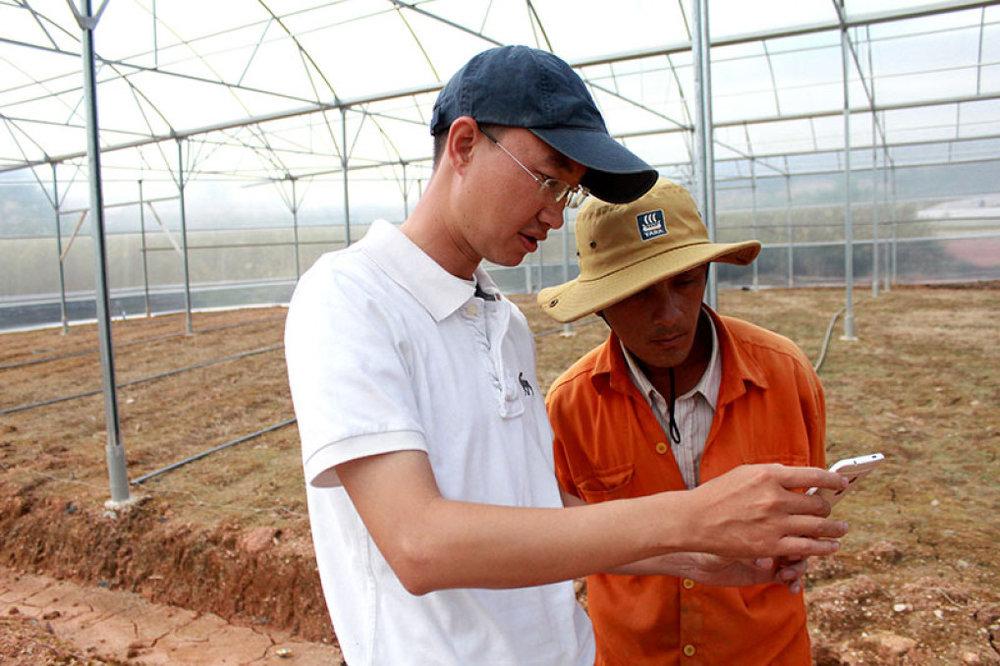 Ông Nguyễn Khắc Minh Trí (áo trắng) đang hướng dẫn cách sử dụng phần mềm Mimosa TEK cho người nông dân. Ảnh: Lan Anh