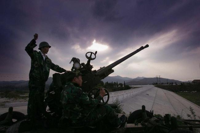 Một công nhân Trung Quốc bắn tên lửa tạo mây để gây mưa ở tỉnh Hồ Bắc, Trung Quốc - Ảnh: AFP