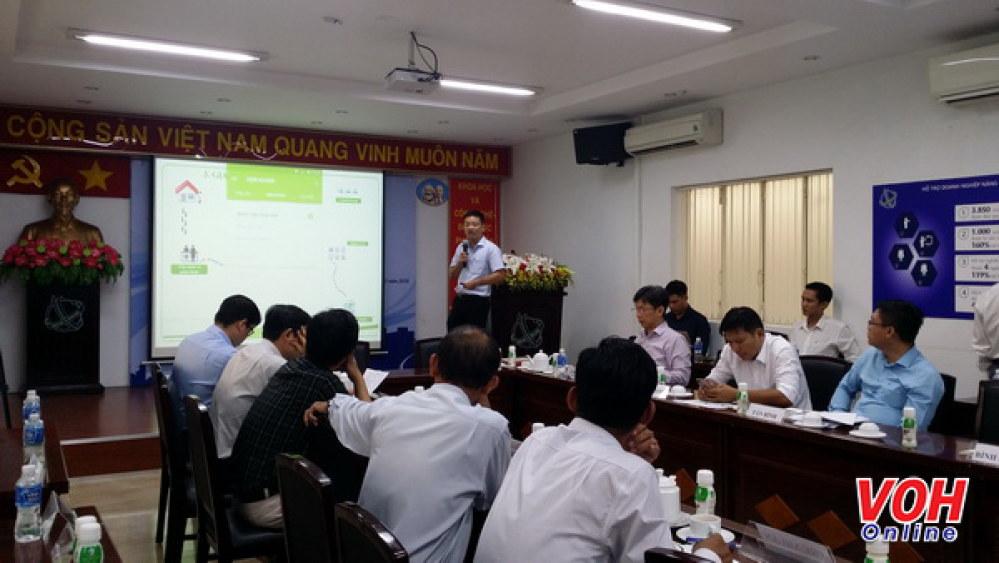 Các đại biểu giới thiệu các mô hình đổi mới sáng tạo tại đơn vị