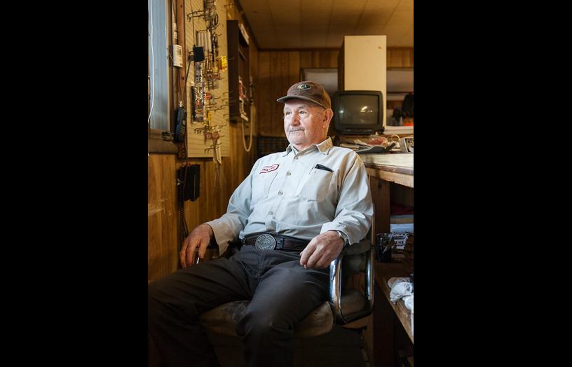 Wayne, ông chủ của cửa hàng cafe Wayne's Stop n Shop kiêm tạp hóa và sửa chữa súng
