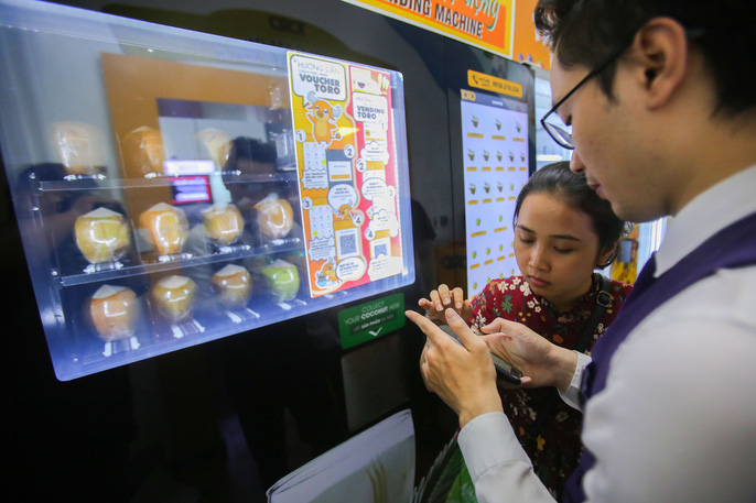 Máy bán dừa này có tên là Toro. Người mua chỉ cần đến trước máy, dùng  vài thao tác thanh toán bằng cách quét mã QR trên ứng dụng điện thoại đã  tải về trước đó là có thể sử dụng.
