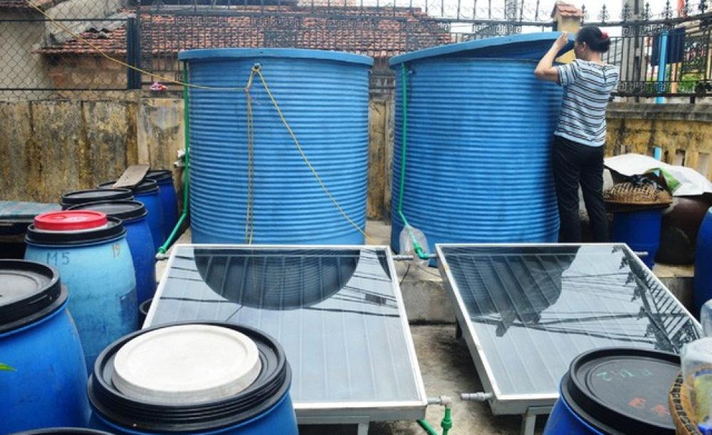 Làm nước mắm bằng tấm pin năng lượng mặt trời ở cơ sở sản xuất nước mắm Bà Hạ, phường hải Thanh, TP Đồng Hới - Ảnh: THANH HOA