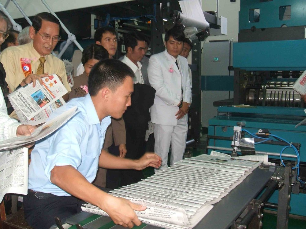 - Phía sau hậu trường, số lượng các nhân viên tham gia vào quá trình để xuất bản báo khá đông đảo: đội ngũ in ấn, minh họa, vận chuyển, giao báo, bên cạnh vô số quầy báo khắp các tuyến phố.