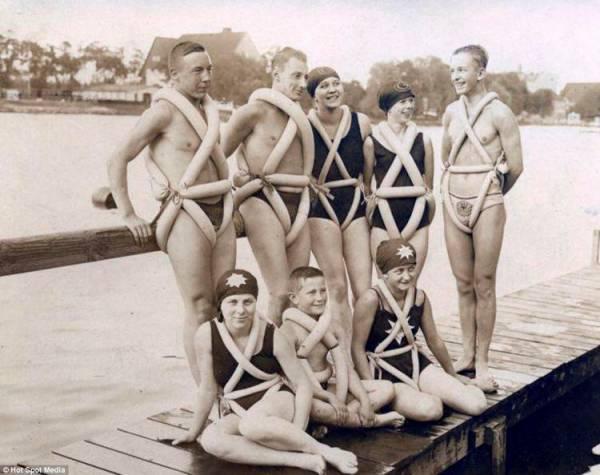 Thiết bị bơi lội : Năm 1925, nhà thiết kế người Italy M. Goventosa de Udine sáng tạo ra những thiết bị bơi lội từ lốp xe đạp. Theo  Daily Mail , nó có thể giúp người mặc di chuyển với vận tốc khá lớn.