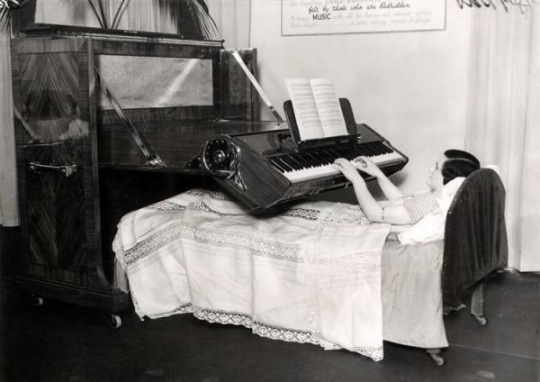 Giường piano:  Ra đời vào năm 1935 tại Anh, chiếc giường này giúp người ta có thể vừa nằm, vừa chơi đàn. Sáng chế phù hợp những người bệnh hoặc tàn tật phải nằm liệt giường. Tuy nhiên, nó chỉ ở trong giai đoạn nguyên mẫu.