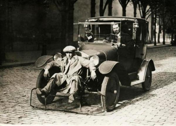 """Ôtô xẻng : Năm 1934, một nhà phát minh người Pháp nghĩ ra sáng kiến này với mục đích giảm thiểu thương vong trên những con phố bận rộn tại thủ đô Paris (Pháp). Theo đó, thay vì đâm sầm vào người đi bộ và gây thương tích, chiếc xe này chỉ """"xúc"""" họ."""